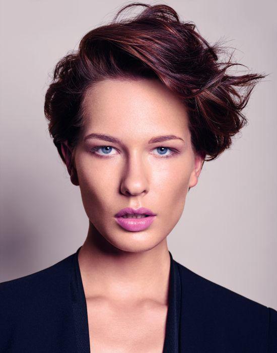 Az oldalt rövidebb, fent kissé megemelt frizurák nemcsak határozott nőiességet kölcsönöznek, de erőteljesen nyújtják is az arcot.