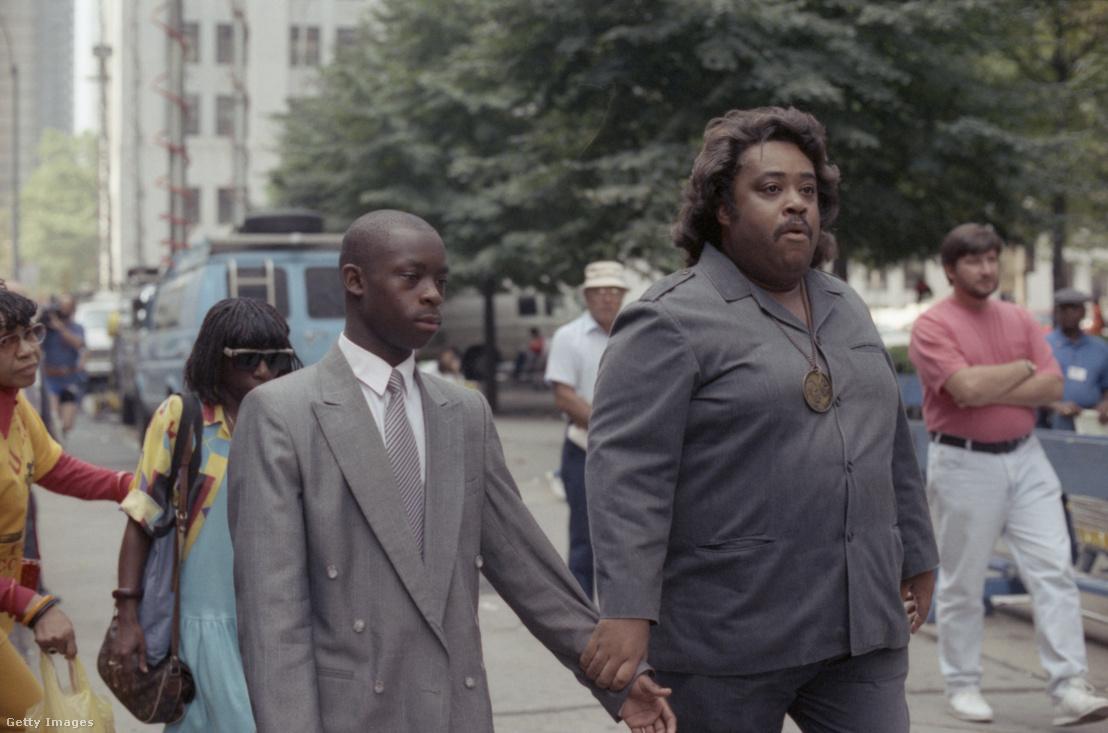 Yusef Saalamot kíséri Al Sharpton aktivista a bíróságra 1989-ben