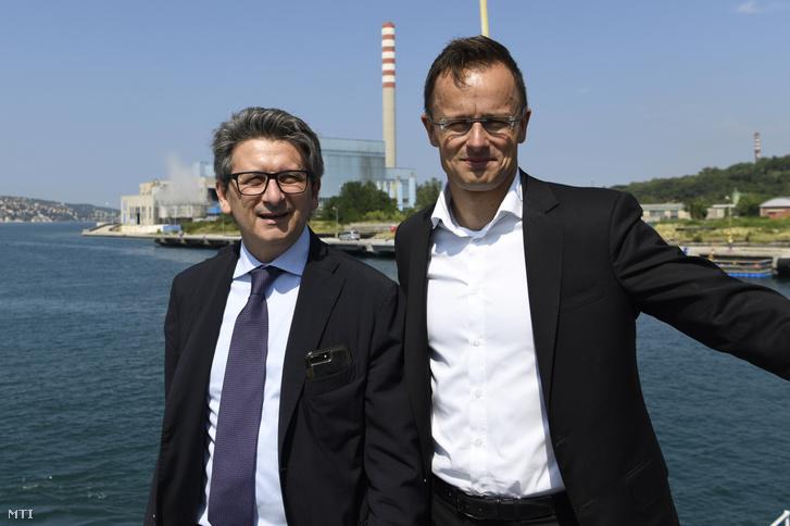 Szijjártó Péter külgazdasági és külügyminiszter (j) és Zeno D'Agostino, a kikötő vezérigazgatója a trieszti kikötőben 2019. július 5-én