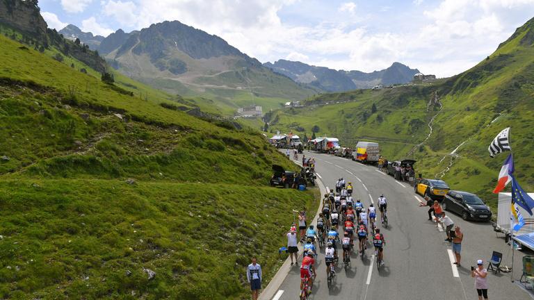Az egekben jár a brutálissá váló Tour de France