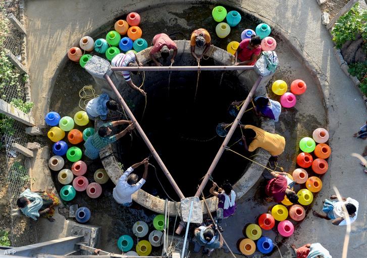A képen lakosok töltik meg kannáikat a kútnál 2019. június 20-án. Legrosszabb az aszály miatti helyzet Tamil Nadu, Csennaiban, ami India hatodik legnagyobb városa és a napi 830 millió liter vízszükséglet harmadát kapják csak meg.