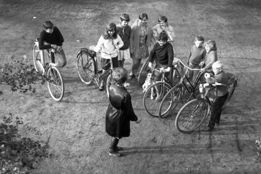 Fiúk-lányok összegyűltek a biciklijükkel az 1970-es tápiószentmártoni falunapokon.