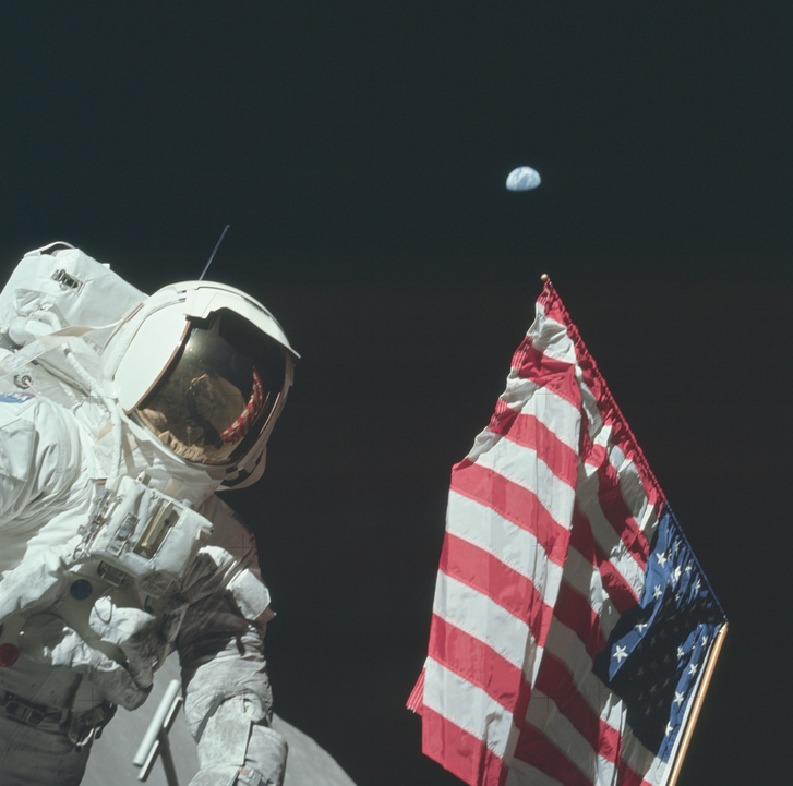 Eugene Cernan, az Apollo–17 űrhajósa kitűzi az amerikai zászlót a Holdon.