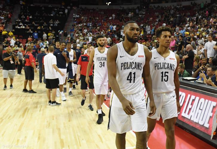 A New Orleans Pelicans játékosai vonulnak le a pályáról
