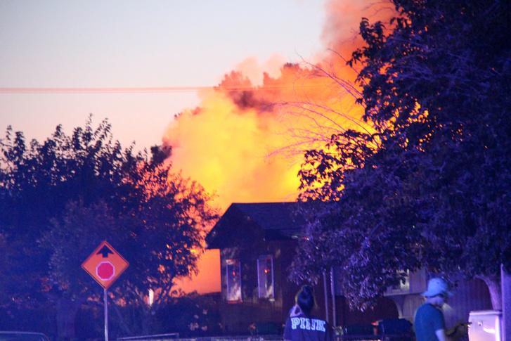 Lángoló épület a földrengést követőan a kaliforniai Ridgecrest városban 2019. július 5-én