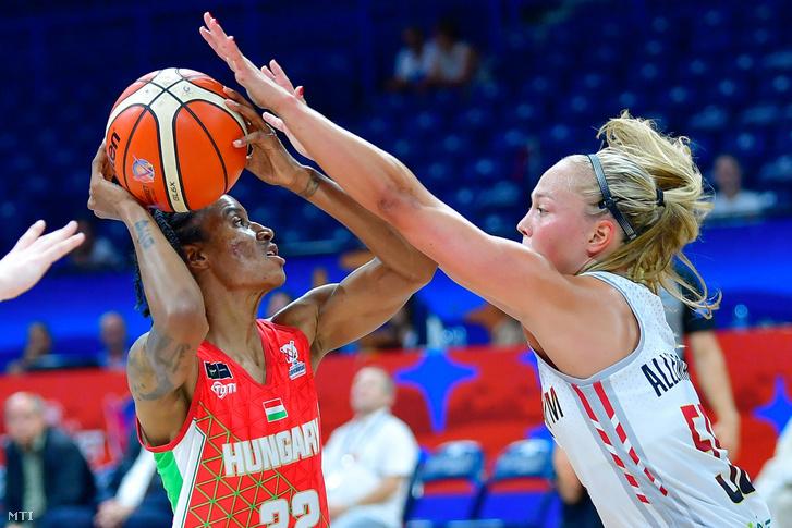 Yvonne Turner (b), a magyar és Julie Allemand (j), a belga válogatott játékosa a női kosárlabda Európa-bajnokság olimpiai selejtező alsóházi rájátszásában (az 5-8. helyért) a Belgrád Arénában 2019. július 6-án.