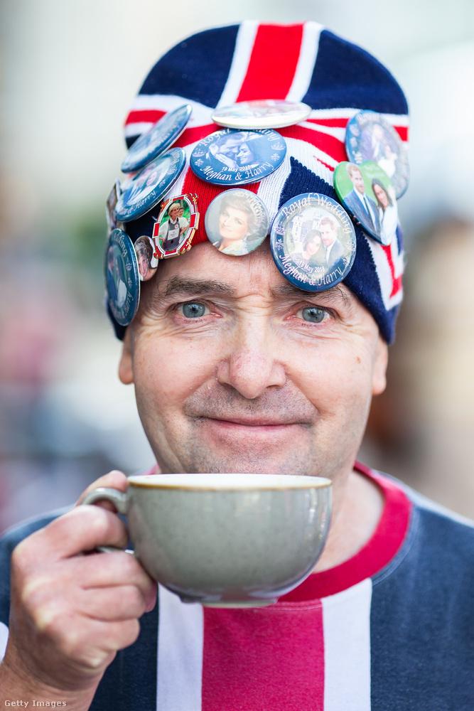 Ehhez a nemzeti színű szetthez természetesen teát kortyolgat, hiszen Nagy-Britanniában vagyunk!