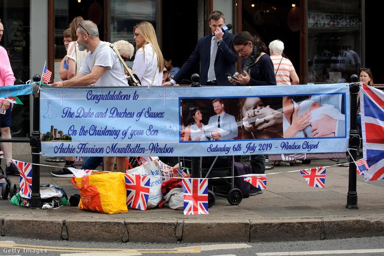 Windsorban a kastély előtt így gyülekezett a nép transzparensekkel.