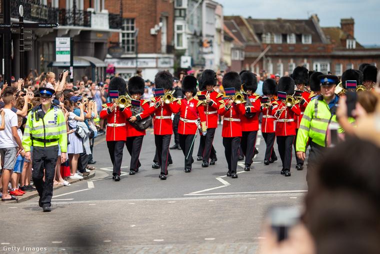 Jött egy csapat zenélő rendőr is, de inkább térjünk vissza az előző képen látott úrhoz, mert ahogy ő ünnepel, az egyenesen példamutató.