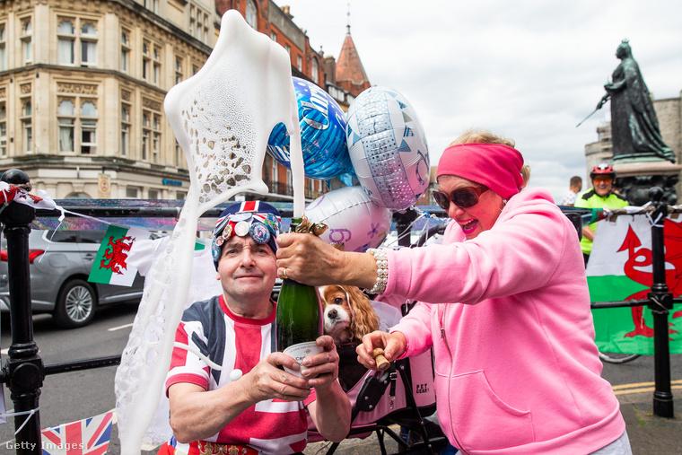 A rózsaszín hölgy nem kezeli elég szakszerűen a pezsgősüveget.