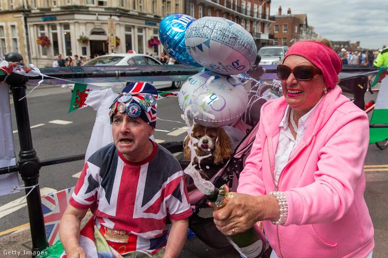 A rózsaszín hölgynek jutottak az utolsó pezsgőcseppek a kis Archie tiszteletére