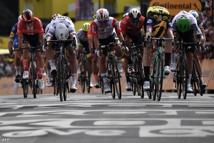 Mike Teunissen (jobbra, sárga-fekete sisakban) nyerte a Tour de France első szakaszát