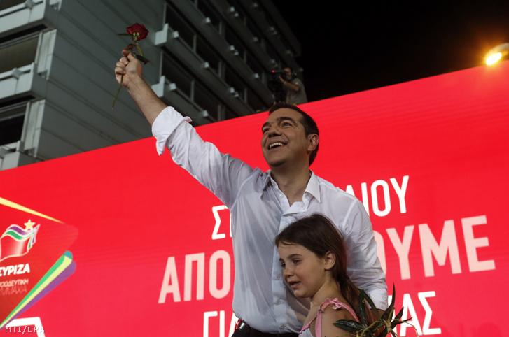 Alekszisz Ciprasz görög miniszterelnök a Radikális Baloldal Koalíciója (Sziriza) párt vezetõje kampányzáró rendezvényt tart Athénban 2019. július 5-én az elõrehozott parlamenti választások elõtt két nappal.
