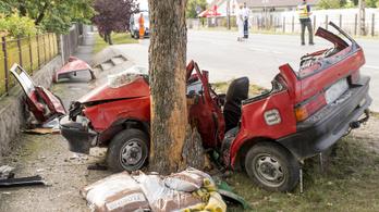 Fának csapódott és összeroncsolódott egy autó Győrújfalun, egy ember meghalt
