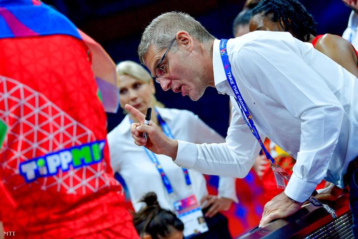 Székely Norbert szövetségi kapitány a női kosárlabda Európa-bajnokság olimpiai selejtező alsóházi rájátszásában (az 5-8. helyért) a Belgrád Arénában 2019. július 6-án. A magyar válogatott 72-56-ra kikapott.