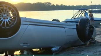 Mercedes kabrióval csúszott a Dunába a kompról az ittas sofőr