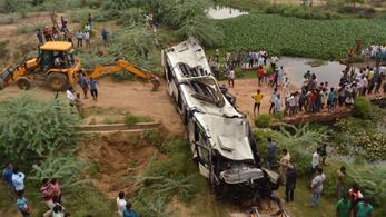 Lecsúszott egy busz az autópályáról Indiában: 29 halott