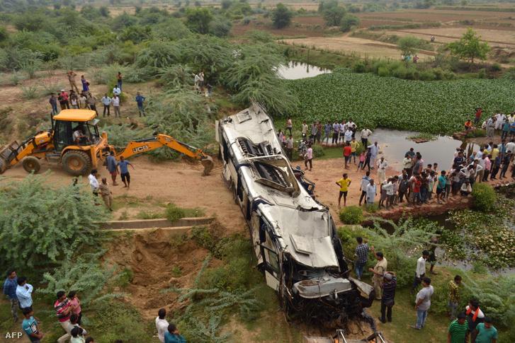 Balesetben összeroncsolódott autóbusz az indiai Agrában 2019. július 8-án