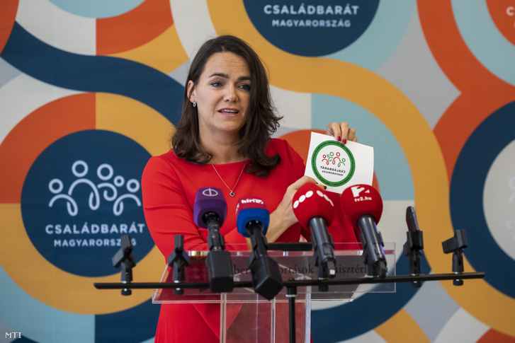 Novák Katalin család- és ifjúságügyért felelõs államtitkár