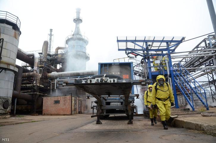 A Jász-Nagykun-Szolnok Megyei Katasztrófavédelmi Igazgatóság Védelmi Kirendeltségének katasztrófavédelmi szakemberei gyakorlaton Szolnokon a Bige Holding területén