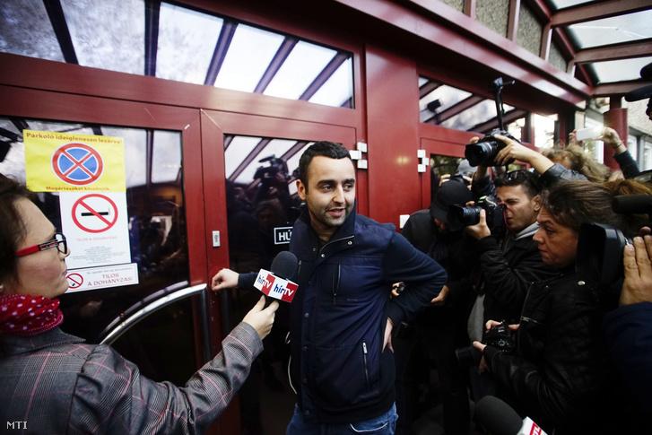 Pető Péter, a Népszabadság főszerkesztő-helyettese a napilap Bécsi úti székházánál, mielőtt a lap munkatársai megpróbálták felvenni a munkát 2016. október 9-én.