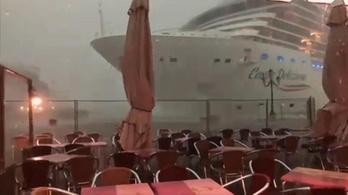 Kevésen múlt, hogy a viharban nekimenjen egy óceánjáró a velencei kikötőnek