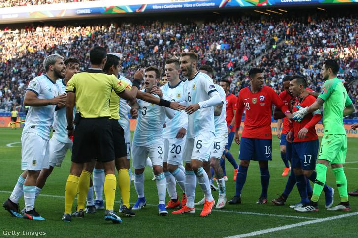 Argentin válogatott vitatkozik Mario Diaz de Vivar bíróval a bronzmérkőzésen