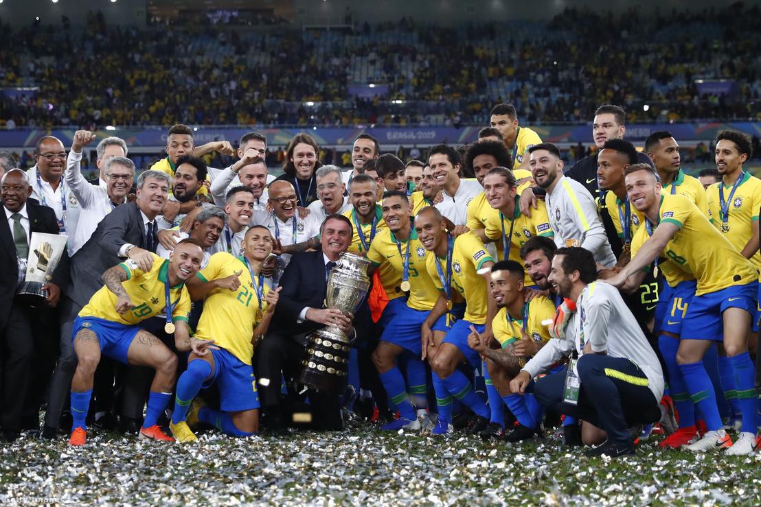 Copa América-győztes Brazil válogatott és Jair Bolsonaro, Brazília elnöke a mérkőzés után Rio de Janeiróban 2019. július 7-én