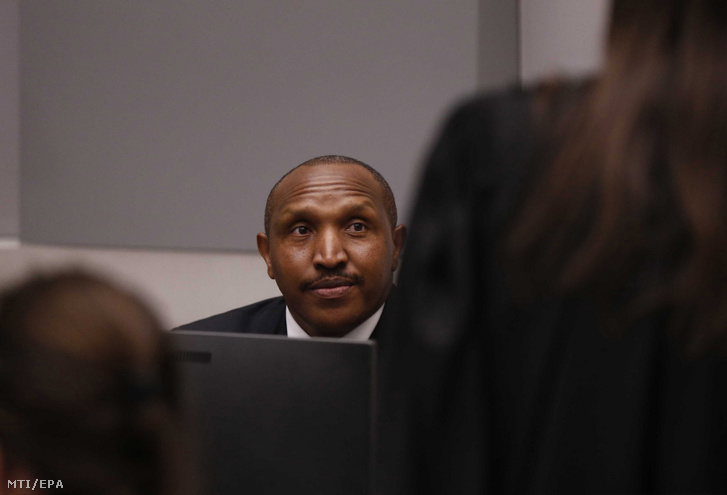 A háborús és emberiesség elleni bűncselekményekkel vádolt Bosco Ntaganda egykori kongói lázadóvezér a hágai Nemzetközi Büntetőbíróság (ICC) tárgyalótermébe érkezik perének ítélethirdetésére 2019. július 8-án