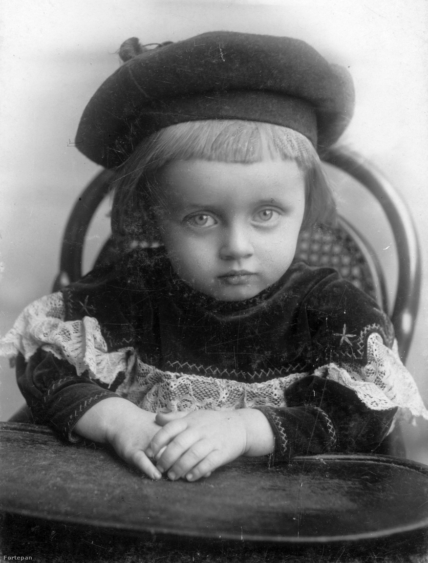 """1901. Cholnoky Jenő legidősebb gyermeke, Béla, avagy a dédapám. Apja eszét örökölte, viszont nem volt valami nagy jellem, ezért aztán amikor belezúgott Tityibe (Miklós Ilona), a kalotaszegről származó patikusnőbe, úgy otthagyta a feleségét és a lányát, mint Szent Pál az oláhokat. """"Eddig két fiam volt és egy lányom, mostantól egy fiam van és két lányom"""" – mondta erre Lepapa, és szárnyai alá vette az elhagyottakat. Béla végül meg sem állt Dél-Afrikáig, ahol nemzetközi hírű kovamoszat-kutató lett, illetve megalapította a világ egyik legnagyobb kovamoszat-gyűjteményét."""