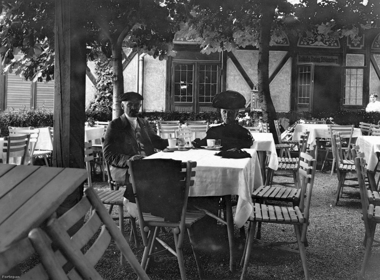 """1910. A Schlossbergre vezető kötélpálya állomása, az osztrák Alpokban. Cholnoky Jenő imádott édesanyjával, a """"Mámival"""" ült be egy kávéra. Nagymamám visszaemlékezése szerint """"Mámi"""" egészen különleges jelenség volt. Például a gyerekeinek összejövetelein késő éjjelig maga szolgáltatta a tánczenét (a gramofon ritka volt és drága), illetve 87 éves koráig szivarozott, ekkor az orvos eltiltotta, úgyhogy aztán csak cigizett. Kilencven évesen még egyedül villamosozott át hétvégente ebédelni, és a pár évvel későbbi haláláig  teljes birtokában volt szellemi képességeinek, a beszélgetéseket francia versidézetekkel, latin közmondásokkal és német szólásokkal fűszerezte."""