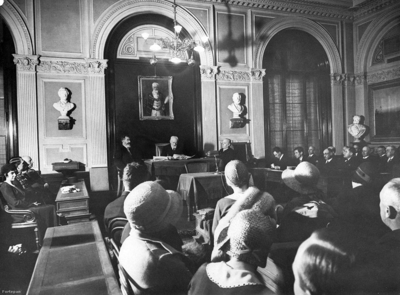 Cholnoky Jenő előadása a Magyar Tudományos Akadémia Felolvasó termében, 1925-ben. Cholnoky ekkor már a ELTE elődjének számító Pázmány Péter tudományegyetem földrajzi tanszékének professzora volt, összesen csaknem húszéves egyetemi tanári múlttal a háta mögött. Lenyűgöző tárgyi tudása mellett híresen jó előadó volt, és nagyon szeretett tanítani, ezért roppant népszerűségnek örvendett a hallgatók közt. Csak a külföldi útjai tudták távol tartani a katedrától, meg a trianoni békeszerződés, aminek kihirdetése után otthagyta a kolozsvári egyetem tanári posztját, és a család minden holmijával, illetve a feleségével együtt egy tehervagonban utazva visszatért Pestre.                          Nem várt rájuk sem állás, sem lakás, ezért megannyi sorstársukhoz hasonlóan egy ideig vagonlakóként kellett meghúzniuk magukat. Szerencséjére a kormánynak a béketárgyalások során szüksége volt ismereteire, így sietve bevonták a béketárgyalásokba szakértőként. Fáradozásaiért cserébe a lehetőségekhez mérten gyorsan elsimították a család lakásproblémáit egy ötszobás Rákóczi úti ingatlan kiutalásával.