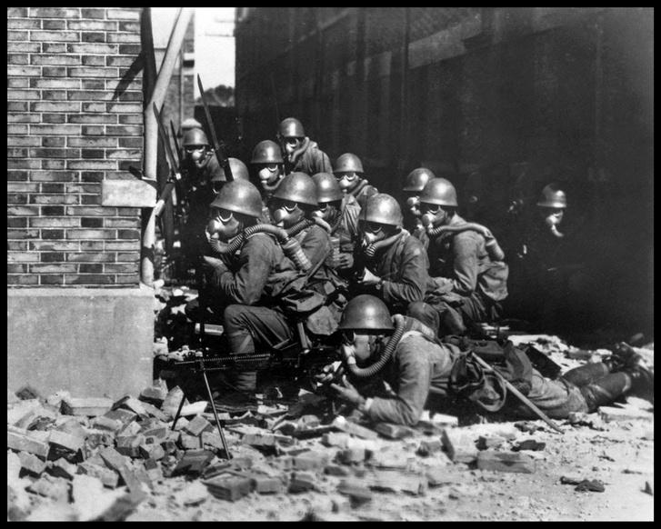 A japán hadsereg egyik partraszálló egysége a sanghai elleni 1937-es vegyi támadás során