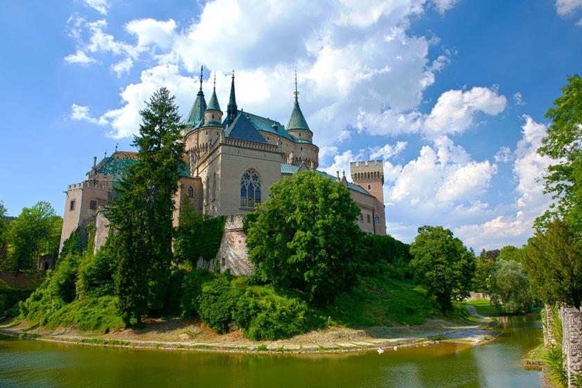 A szlovákiai Bajmóci várkastély égig érő tornyai, díszes ablakai és mesekönyvbe illő környezete csakhamar a városka gyöngyszemévé tette az épületet. Nem is csoda, hogy évente több ezer turista ellátogat ide, hogy személyesen is vethessen rá egy pillantást.