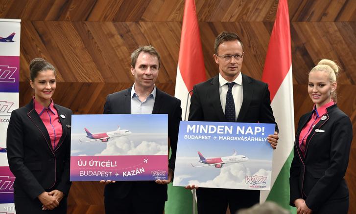 Szijjártó Péter külgazdasági és külügyminiszter (j2) és Váradi József a Wizz Air vezérigazgatója a Liszt Ferenc-repülőtér kormányvárójában tartott sajtótájékoztatón 2019. július 8-án. Kazanyba indít új járatokat Budapestről a Wizz Air - jelentették be a sajtótájékoztatón.