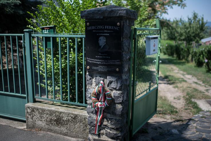 Emléktábla a Római úti egykori Herczeg-birtok kapuján
