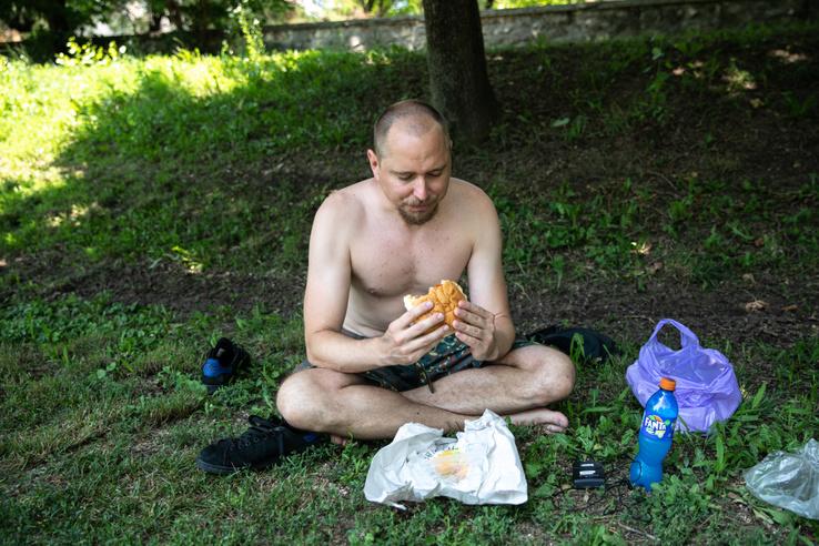 ...és Marci az ott vásárolt hamburgerével...