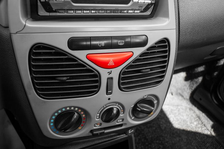 Egyszerű középkonzol, kerek tekerőgombok. A rádió bal alsó sarkánál egy repedés, talán az utólagos fejegység beszerelésekor erőltették a kelleténél jobban