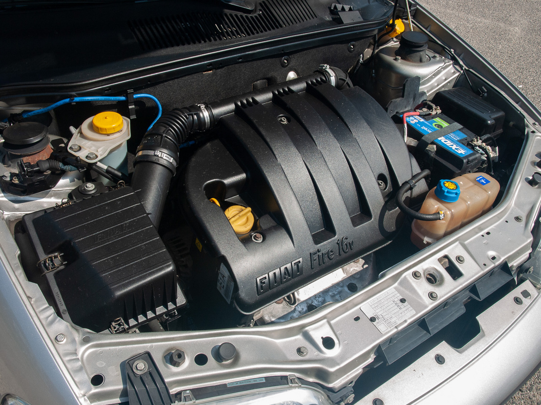 FIRE - ez nem arra utal, hogy van benne tűz. Ez a Fully Integrated Robotised Engine rövidítése, a Fiatnál 1985-ben tették le egy olyan motorcsalád alapjait, amelynek tagjait automata gépek szerelték össze. Ez a tizenhat szelepes 1,2-es 80 lóerőt tud 5000-es fordulaton, 114 newtonméteres csúcsnyomatéka 4000-nél van meg