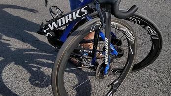 Kettétört a Tour-versenyző bringája a csúnya bukásban