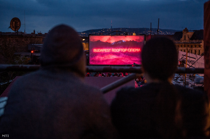 Közönség a Budapest Rooftop Cinema tetőmozi hatodik szezonjának hivatalos megnyitóján Budapesten, a Corvin Club tetőteraszán 2018. május 17-én