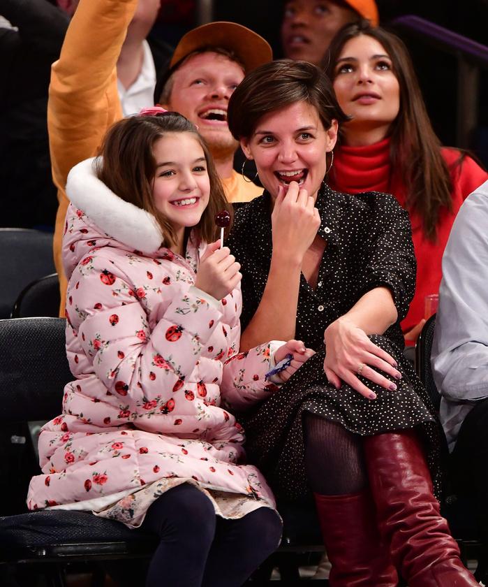 Suri Cruise és Katie HolmesBár a színésznő és gyermeke apja elváltak, az egyszer biztos, hogy Tom Cruise nem tud úgy lányára nézni, hogy ne volt feleségét lássa benne