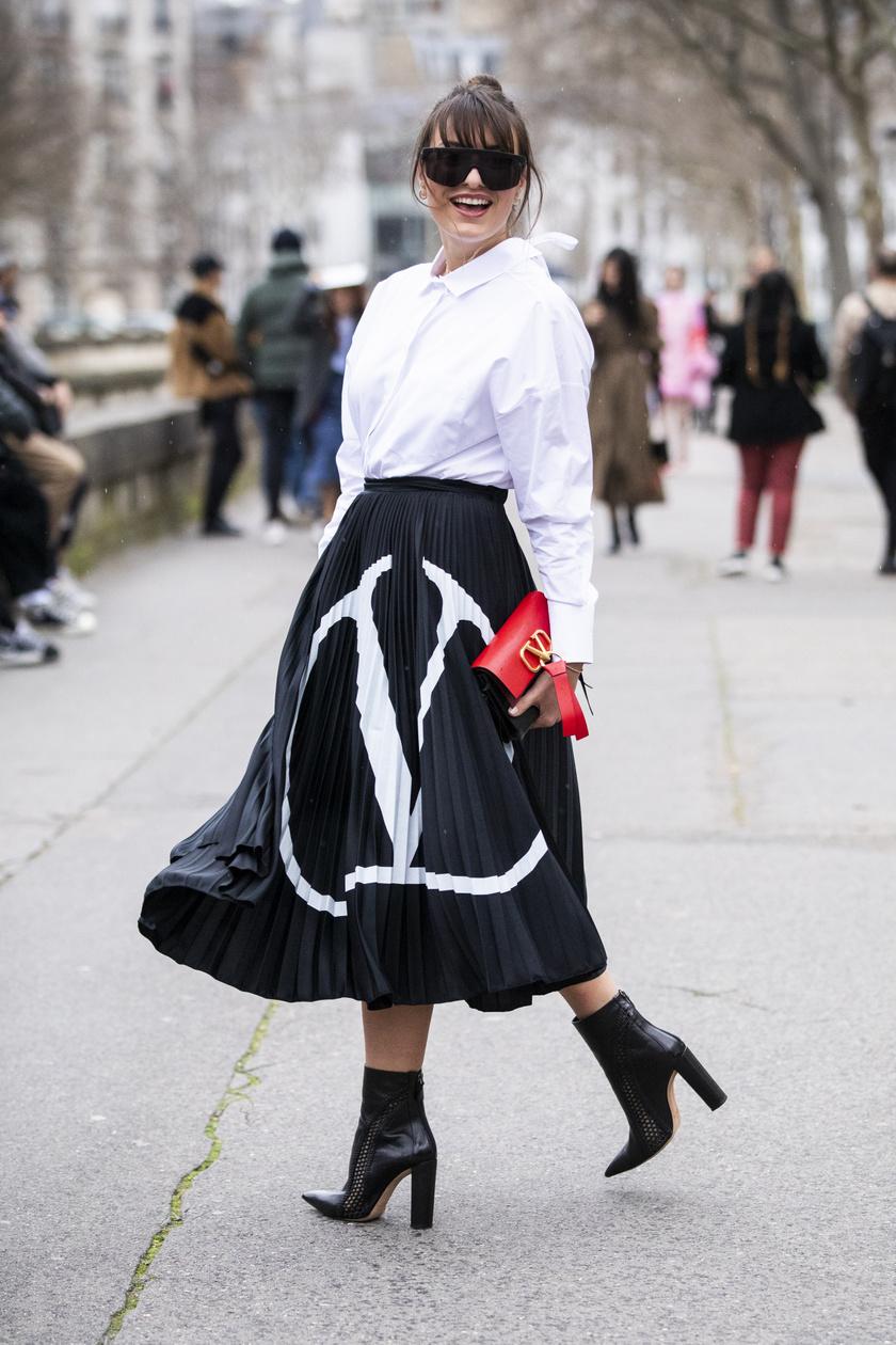 Az idei év egyik legnagyobb kedvencével, a pliszírozott szoknyával kombinálva nemcsak sikkes, hanem extra nőies is lesz a szetted. Egy bokacsizma, egy színes táska, és még csinosabb lesz az összhatás.