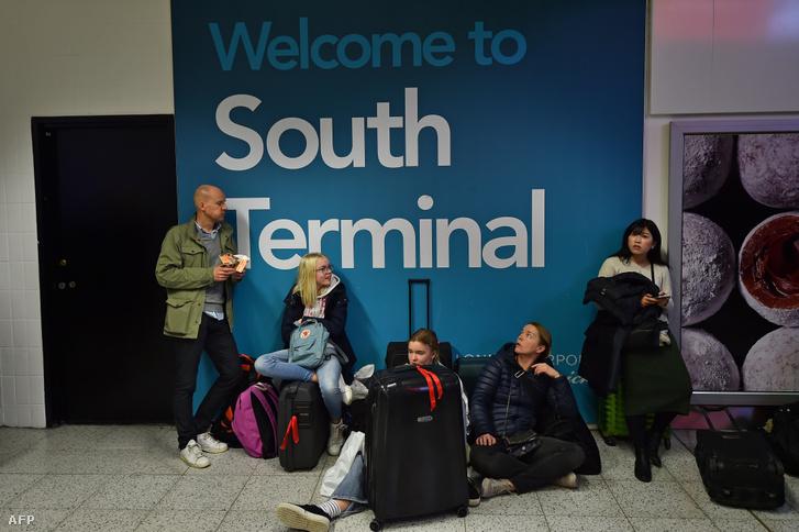 Utasok várakoznak a londoni Gatwick Repülőtéren (illusztráció)