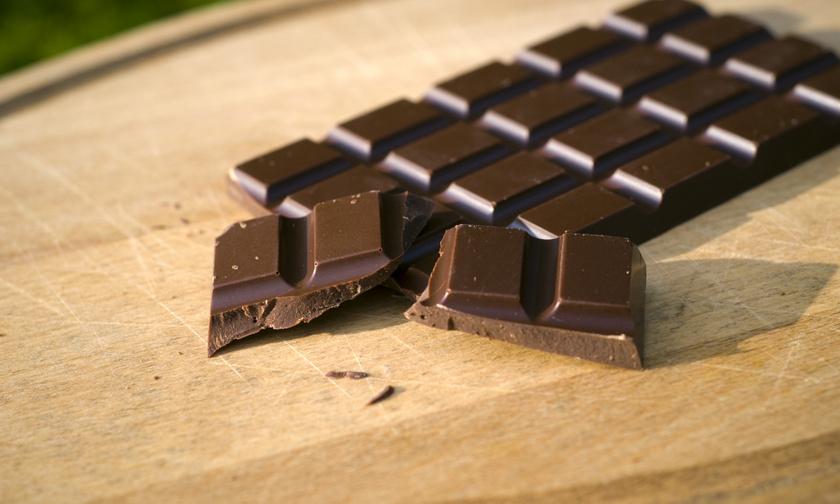 A magas, legalább 70%-os kakaótartalmú étcsokoládé gazdag antioxidánsokban, sok vasat, magnéziumot tartalmaz. Hiába magas a zsírtartalma, segít csökkenteni a vérnyomást és az LDL-koleszterin szintjét, kutatások szerint véd a szívbetegségektől.