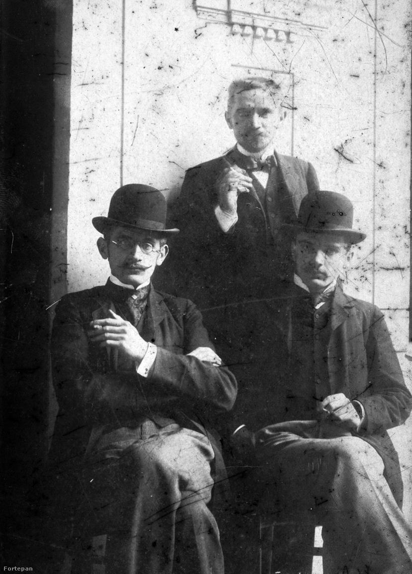 """Az 1900-ban, Budapesten készült képen három Cholnoky testvér néz a kamerába. A középen álló Lepapa előtt a képen balra kedvenc öccse, Cholnoky Ferenc ül, jobbra pedig a Nyugat előtti nemzedék egyik legmisztikusabb pályafutású írója, Cholnoky László. Nagymamám nem volt valami nagy véleménnyel róla, ellentétben a szintén író, újságíró Viktor bátyjával. Elmesélése alapján utóbbi úgymond """"rendes alkoholista volt"""", azaz előbb megcsinálta a munkáját, és csak után ivott hajnalig, majd az erre rendszeresített hordárba kapaszkodva hazakísértette magát. László viszont a """"lumpen alkoholisták"""" szintjére züllött, majd ötvenévesen öngyilkos lett. A családi változat szerint a ruhája zsebeit súlyos kövekkel megtömve, a vasúti összekötő hídról vetette magát a Dunába, a holtteste sosem került elő.                         Korabeli önvallomása alapján László életmódja tényleg fényévekre állt a család által tisztelt polgári normáktól.                         """"Teljes tíz éven keresztül nem dolgoztam semmit és nem láttam a Napot mert éjszaka és hajnalban voltam ébren.. . Hogy ez alatt miből éltem?. . . Egy muszájból megírt tárca vagy cikk, az anyám vagy Jenő bátyám dugdosott segítsége, apróbb baráti kölcsönök, a végtelenségig igénybe vett, de soha el nem intézett kocsmai és vendéglői hitelek — minden József- és Ferencvárosi vendéglősné szerelmes volt belém és mind meg akart menteni szerelmének üdvével, bár ezt a mentési munkálatot a legtöbb az ágyon vagy a pamlagon intézte, teljes tíz éven át hányódtam ide-oda Budapest sikátoraiban, hajnalonta részegen zuhanva szennyesnél szennyesebb ágyaimba. Ha volt esténkint egy-egy koronám, a Knézich- vagy Bem utcai éjjeli menedékhelyen húzódtam meg —, ezekről az éjszakákról és lakótársaimról már többször írtam, ha nem volt, hát kimentem a ligetbe és az Iparcsarnok tövében, a Tattersall valamelyik elhagyott boxában, egy-egy rejtettebb padon esetleg hozzáférhető pincében aludtam. Közben voltam hajnali kályhafűtő egy Csömöri úti pálinka-kimérésben, hord"""