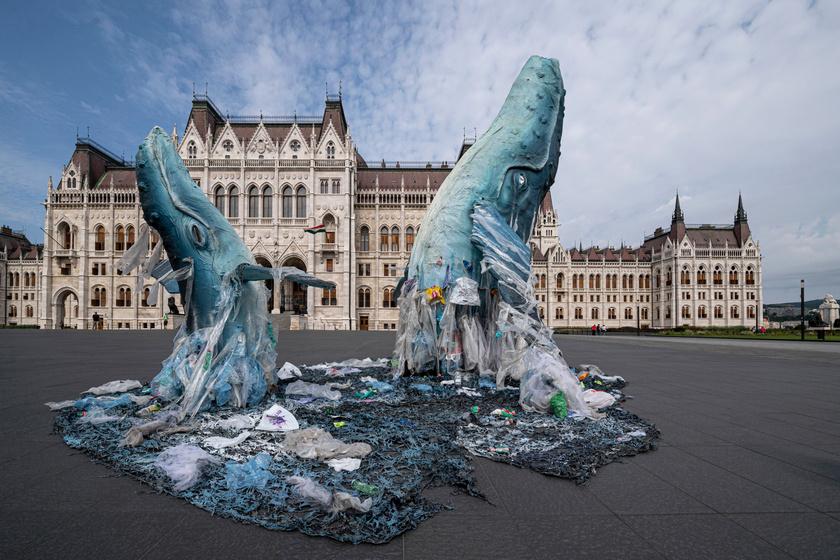 A Greenpeace műanyagszemét-tengerből kiemelkedő hatalmas, három és hat méter magas bálnákkal figyelmeztet: a műanyaghulladékok és mikroműanyagok mára mindenütt megtalálhatóak.