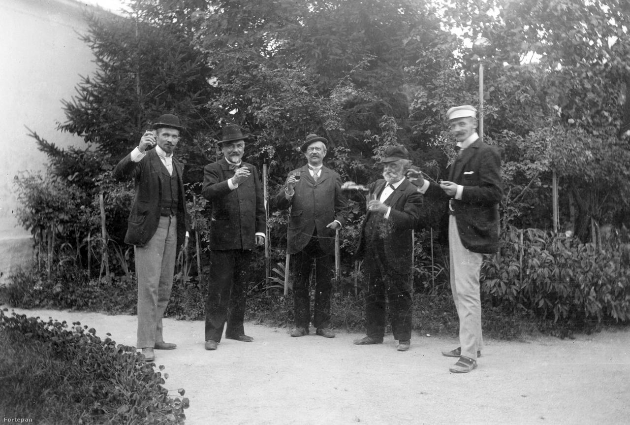 Jenő a kép bal szélén, legidősebb bátyja, a neves íróvá váló Cholnoky Viktor a kép jobb szélén látható. A magyar novellairodalom jelentős alakjának számító írót a később nála lényeges híresebbé váló kortársai – például Krúdy Gyula vagy Kosztolányi Dezső – igen nagyra tartották.