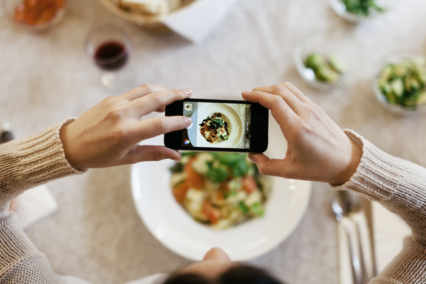 Ha lefényképezed az ételeidet, az segít javítani az ételemlékezeteden, és ha jobban emlékszel arra, amit nap közben ettél, lassabban éhezel meg. Akár egy privát Instagram-profilt is létrehozhatsz, ahol dokumentálod, mit ettél.
