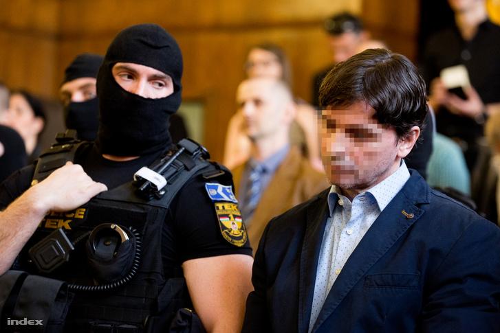 Portik Tamás a két évtizeddel ezelőtti Aranykéz utcai robbantás, valamint a Fenyő- és a Cinóber-gyilkosság összevont büntetőperének tárgyalásán a Fővárosi Törvényszék tárgyalótermében 2016. március 31-én